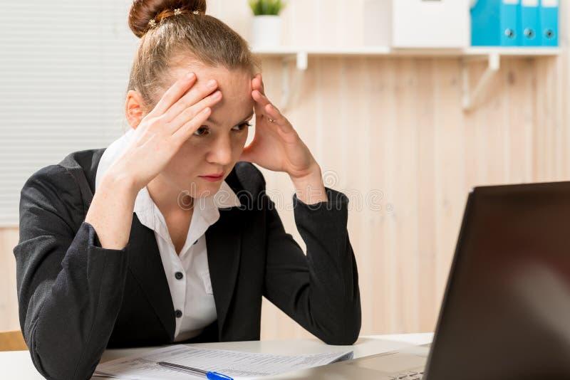 Κουρασμένος οικονομικός αναλυτής γυναικών που ψάχνει ένα λάθος στοκ εικόνες με δικαίωμα ελεύθερης χρήσης