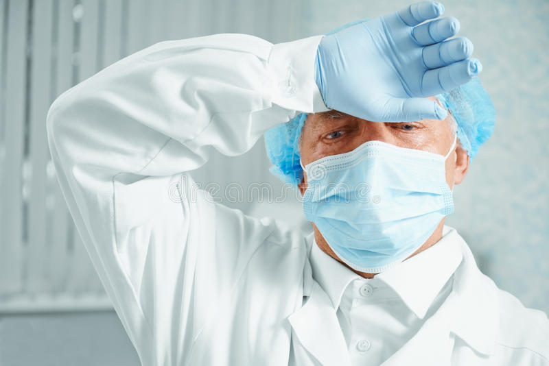 Κουρασμένος παλαιότερος χειρούργος ατόμων στοκ εικόνα με δικαίωμα ελεύθερης χρήσης