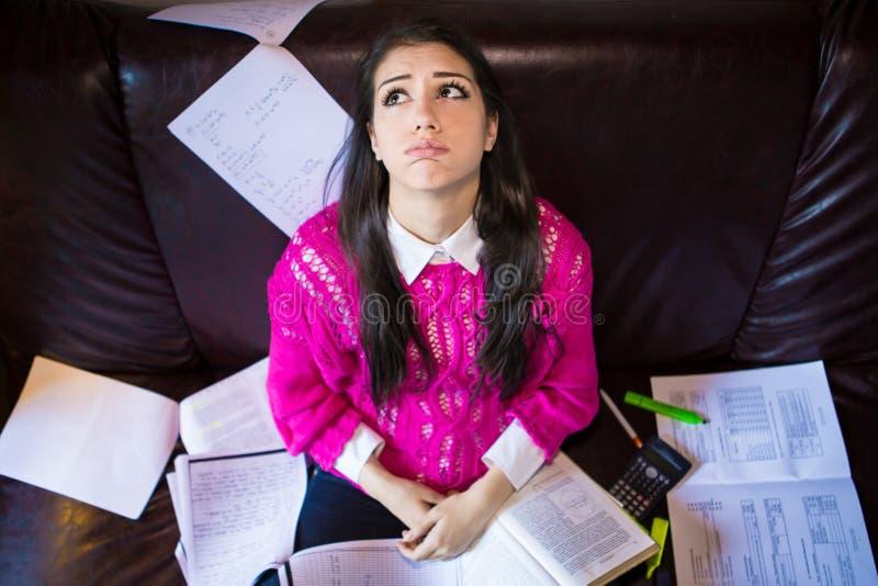 Κουρασμένος σπουδαστής που έχει πολύ που διαβάζει Ανησυχημένος τονισμένος σπουδαστής Ο σπουδαστής μελετά Μελέτη επάνω στοκ φωτογραφία