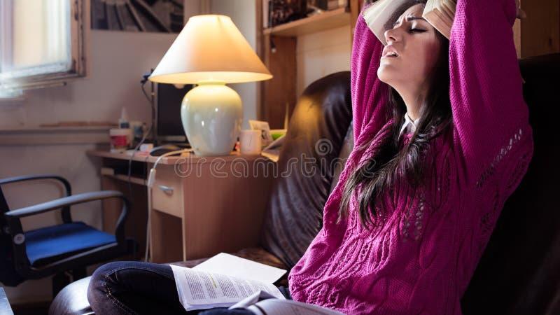 Κουρασμένος σπουδαστής που έχει πολύ που διαβάζει Ανησυχημένος τονισμένος σπουδαστής Ο σπουδαστής μελετά Μελέτη επάνω στοκ εικόνα