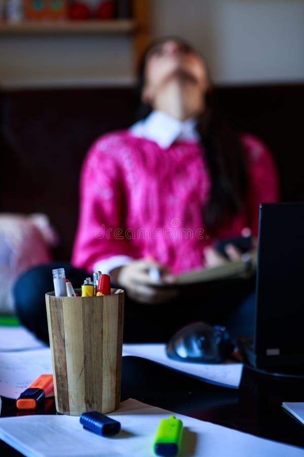 Κουρασμένος σπουδαστής που έχει πολύ που διαβάζει Εστίαση στις μάνδρες Ο σπουδαστής μελετά Μελέτη επάνω στοκ φωτογραφία με δικαίωμα ελεύθερης χρήσης