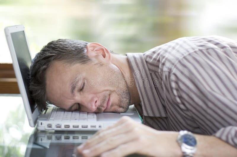 κουρασμένος στην εργασί& στοκ φωτογραφία με δικαίωμα ελεύθερης χρήσης