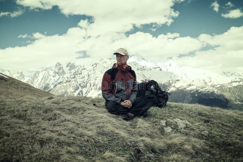 Κουρασμένος ταξιδιώτης που προσέχει αγωνιωδώς την καιρική αλλαγή στοκ φωτογραφία