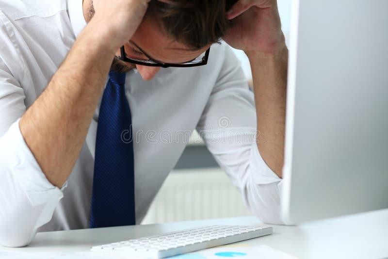 Κουρασμένος υπάλληλος στον εργασιακό χώρο PC lap-top που φορά τα γυαλιά στοκ φωτογραφίες