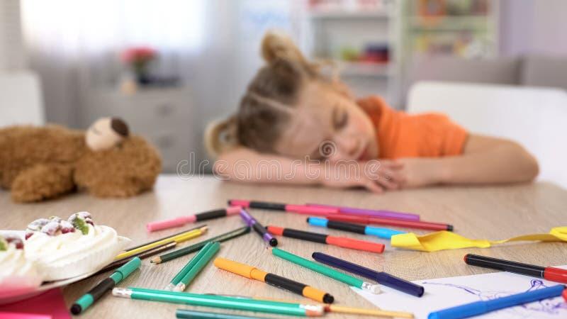 Κουρασμένος preschooler ύπνος στο γραφείο, τρυπώντας κατηγορία, εκπαίδευση δημοτικών σχολείων στοκ φωτογραφία με δικαίωμα ελεύθερης χρήσης