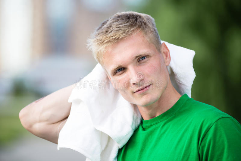 Κουρασμένο άτομο μετά από το χρόνο και την άσκηση ικανότητας Με την άσπρη πετσέτα στοκ φωτογραφία με δικαίωμα ελεύθερης χρήσης