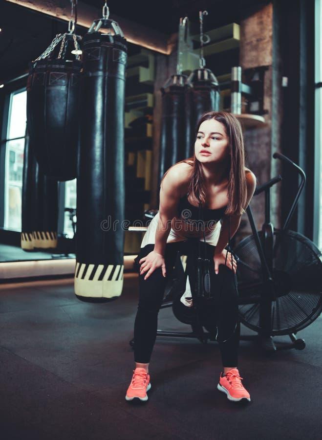 Κουρασμένο κορίτσι μετά από ένα σκληρό workout στοκ φωτογραφίες