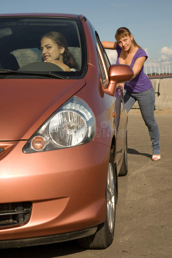 Κουρασμένο ωθώντας αυτοκίνητο κοριτσιών στοκ φωτογραφία με δικαίωμα ελεύθερης χρήσης