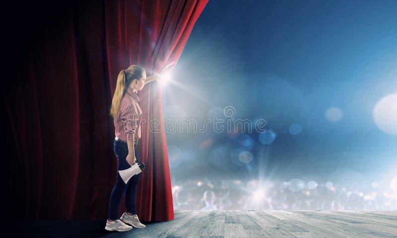 Κουρτίνα ανοίγματος κοριτσιών στοκ εικόνες με δικαίωμα ελεύθερης χρήσης