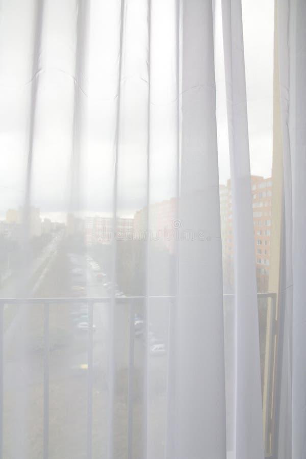 Κουρτίνες στο παράθυρο στοκ εικόνες με δικαίωμα ελεύθερης χρήσης