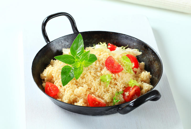 Κουσκούς με τα πράσινα και την ντομάτα σαλάτας στοκ εικόνες με δικαίωμα ελεύθερης χρήσης