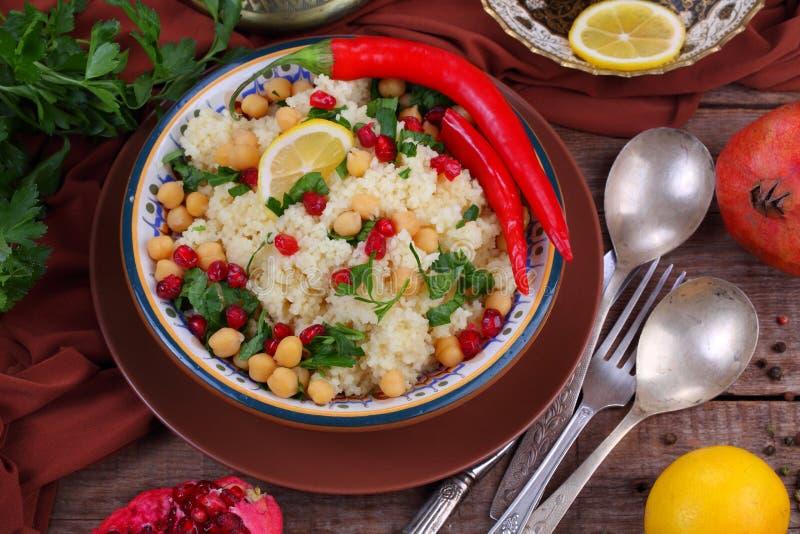 Κουσκούς με το ρόδι και chickpeas και τα καυτά πιπέρια στοκ εικόνα