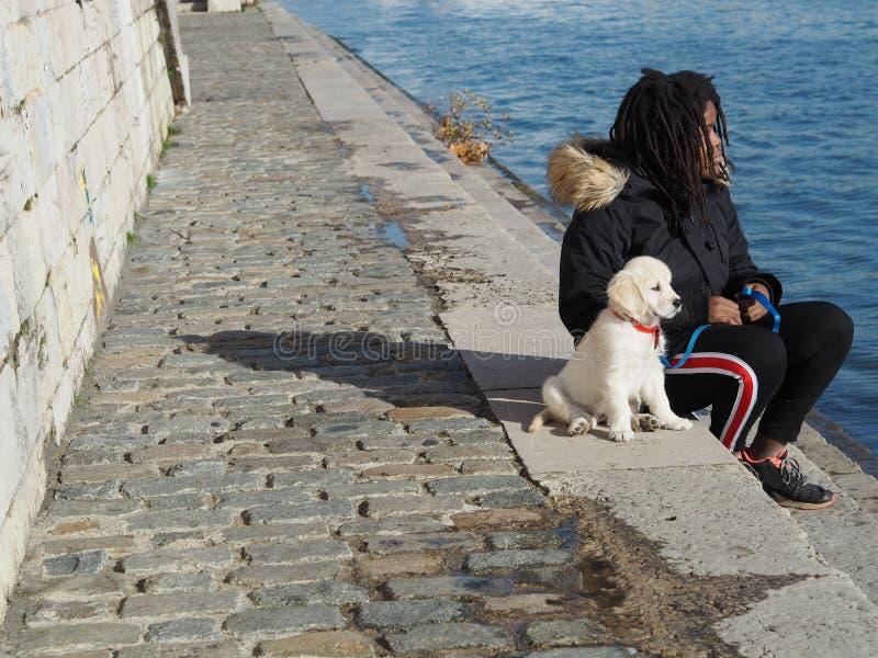 Κουτάβι Oung και η κυρία του στις όχθεις του ποταμού Saone στη Λυών, Γαλλία στοκ εικόνες