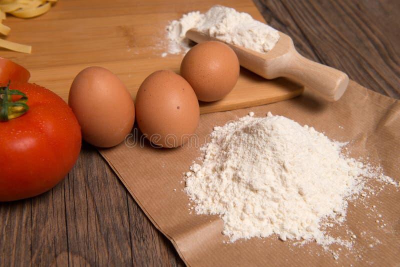 Κουτάλι και αυγά αλευριού στοκ φωτογραφία