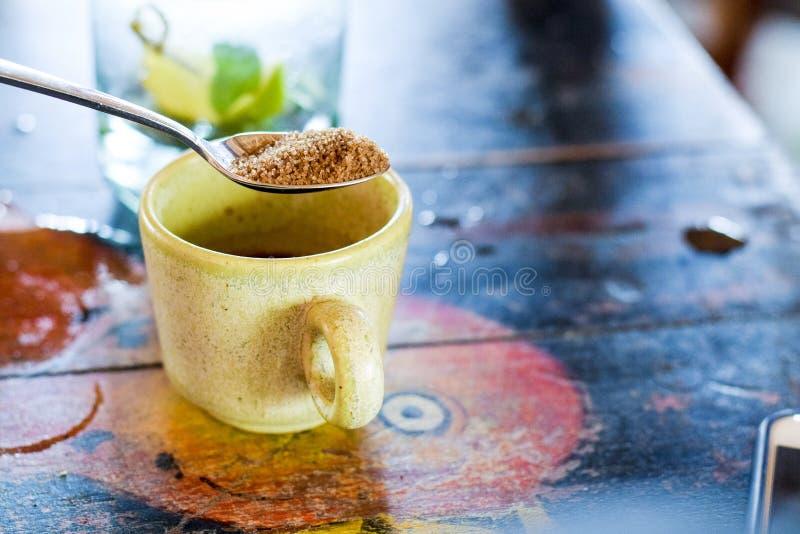 Κουτάλι που χύνει τη φυσική ζάχαρη καλάμων στοκ εικόνα