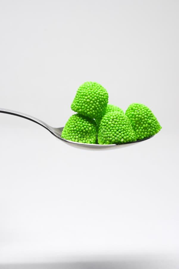 Κουτάλι των καραμελών, έννοια υγείας και η κατάχρηση της ανθυγειινής ζάχαρης στοκ φωτογραφία