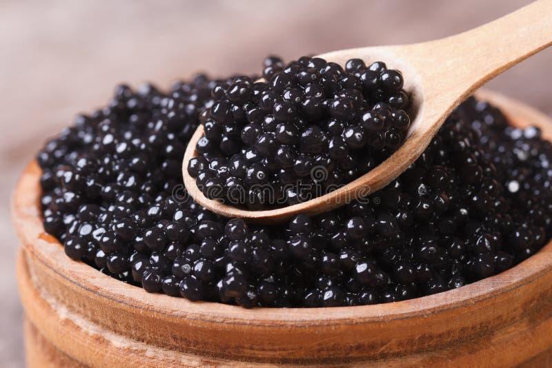Κουτάλι με τη μαύρη μακροεντολή χαβιαριών οξυρρύγχων. στοκ εικόνα