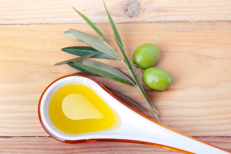 Κουτάλι σούπας του ελαιολάδου και των πράσινων ελιών στοκ φωτογραφία με δικαίωμα ελεύθερης χρήσης