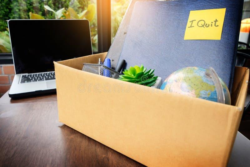 Κουτί από χαρτόνι γραφείων ο υπάλληλος απομάκρυνε από το γραφείο, resignatio στοκ εικόνα