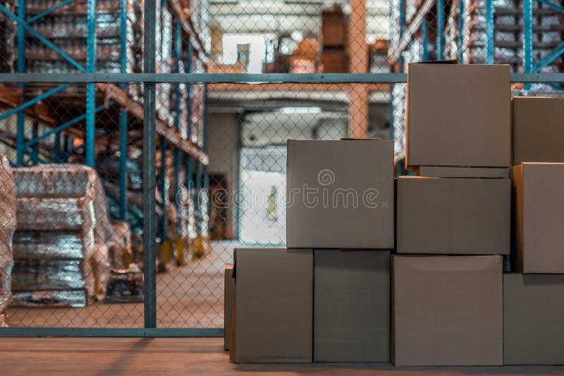 κουτιά από χαρτόνι σε σύγχρονο στοκ εικόνα με δικαίωμα ελεύθερης χρήσης