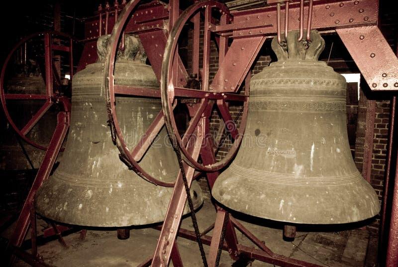 Κουδούνια εκκλησιών στο belltower μιας εκκλησίας στοκ εικόνα με δικαίωμα ελεύθερης χρήσης