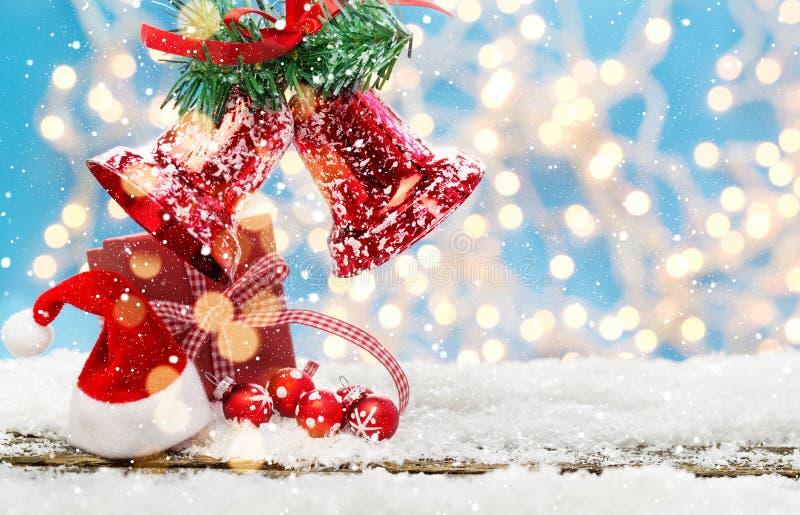 Κουδούνια Χριστουγέννων στο χριστουγεννιάτικο δώρο στοκ εικόνες με δικαίωμα ελεύθερης χρήσης