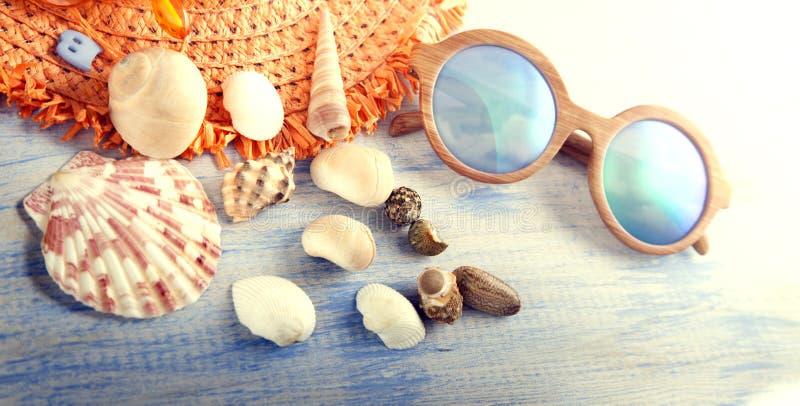 Κοχύλια καπέλων γυαλιών εξαρτημάτων παραλιών διακοπών στην ξύλινη πλάτη στοκ φωτογραφία με δικαίωμα ελεύθερης χρήσης