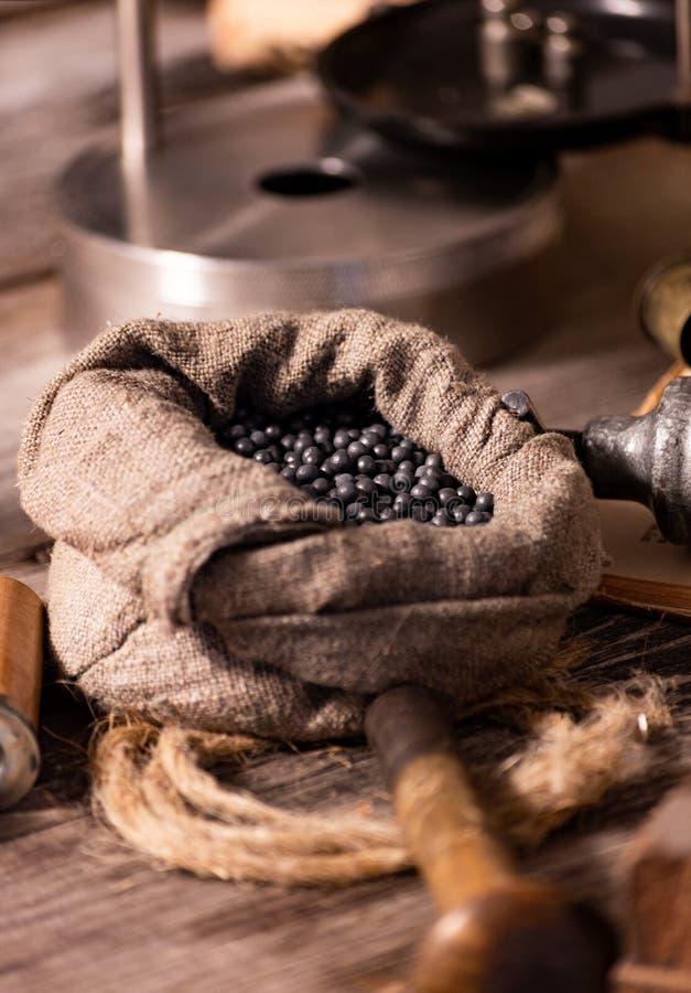 12 κοχύλια μετρητών που ξαναφορτώνουν τη διαδικασία Κασέτα για το κυνήγι Να προετοιμαστεί για το κυνήγι και πυροβολισμός Παλαιό χ στοκ φωτογραφίες
