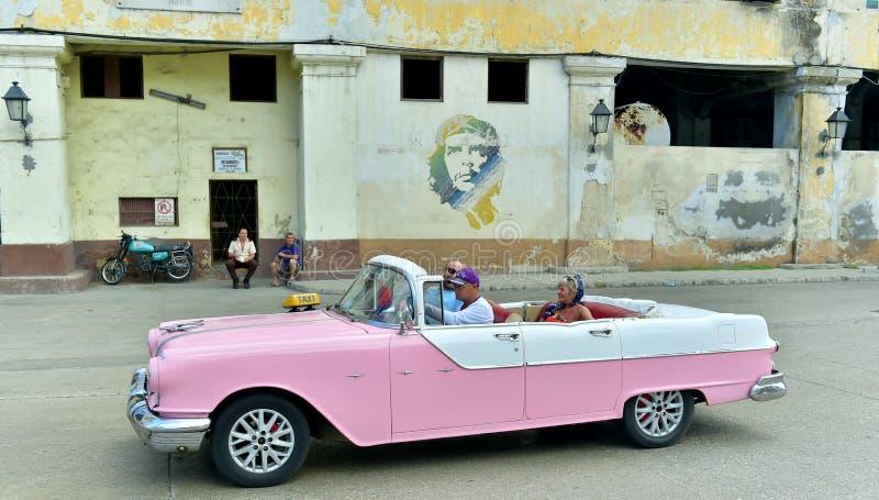Κούβα Αβάνα Σκηνή οδών με το παλαιό αυτοκίνητο στοκ φωτογραφίες