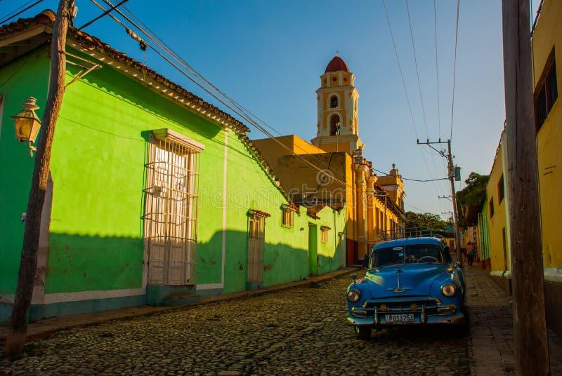 Κούβα Τρινιδάδ Ο πύργος κουδουνιών του Σαν Φρανσίσκο de Asis και του μπλε αναδρομικού αυτοκινήτου Οδός στο κέντρο της κουβανικής  στοκ εικόνα