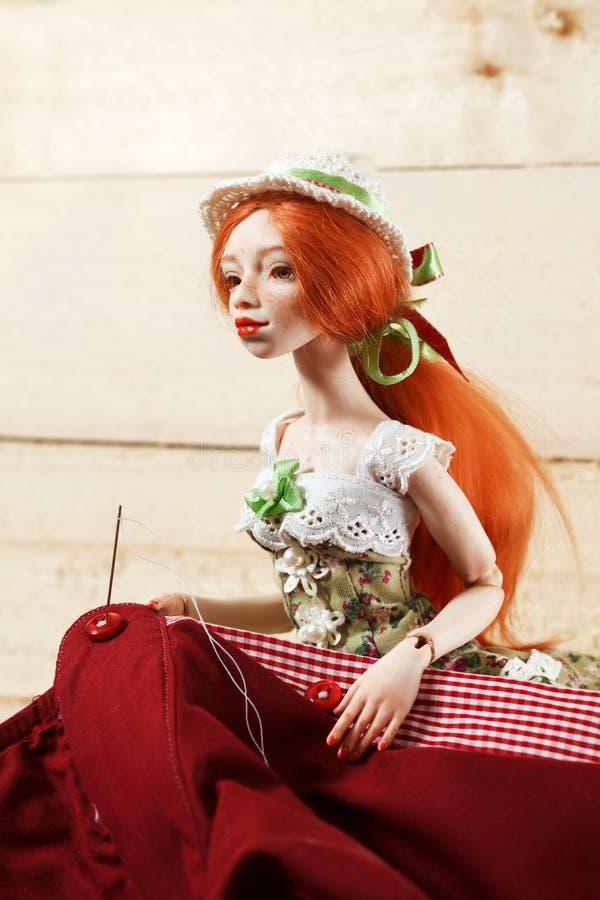 Κούκλα και βελόνα με το νήμα στοκ φωτογραφίες με δικαίωμα ελεύθερης χρήσης