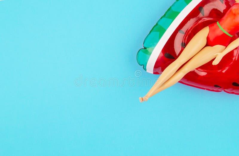 Κούκλα με τη στολή κολύμβησης με το φουσκωτό καρπούζι στοκ εικόνα με δικαίωμα ελεύθερης χρήσης