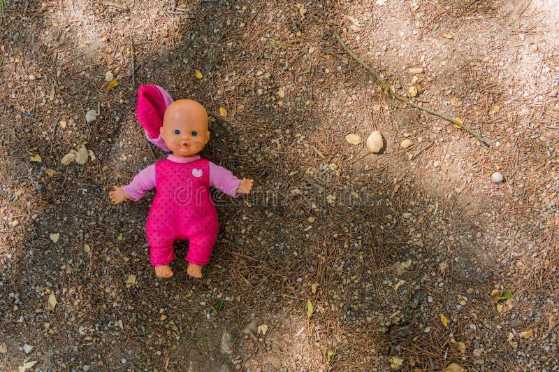 Κούκλα που εγκαταλείπεται στο έδαφος στοκ φωτογραφίες