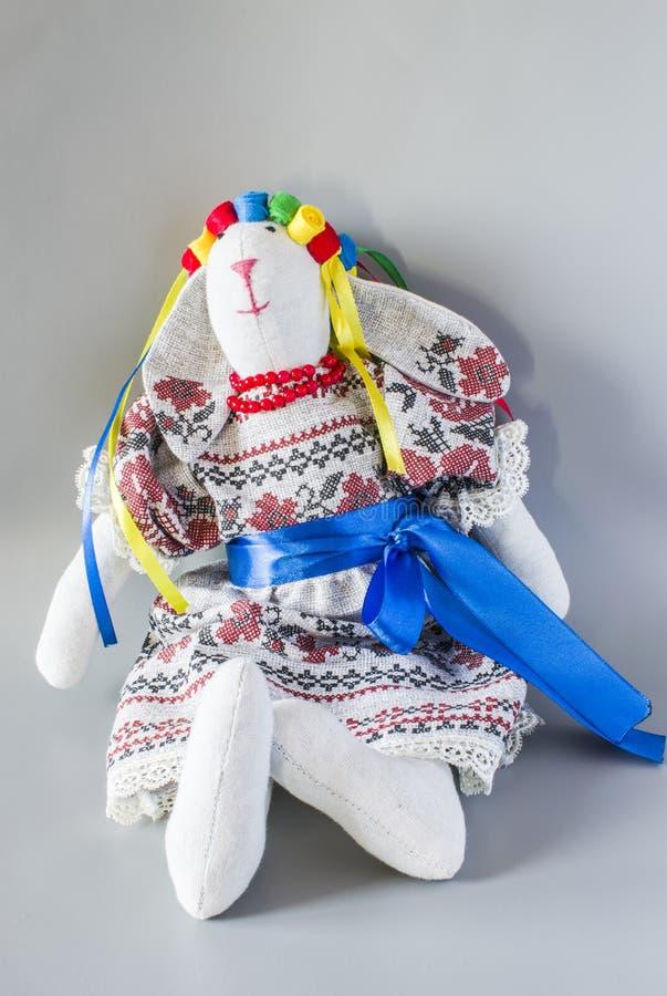 Κούκλα σε εθνικό Ουκρανό σε ένα κοστούμι με τις κορδέλλες στοκ εικόνες