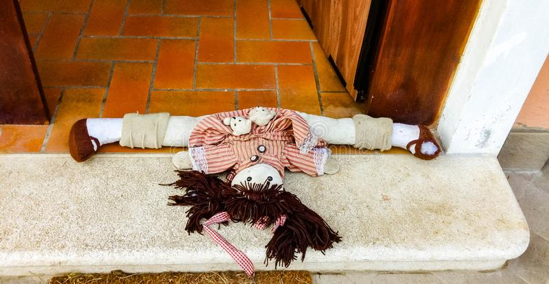 Κούκλα στη μπροστινή πόρτα στοκ εικόνα με δικαίωμα ελεύθερης χρήσης