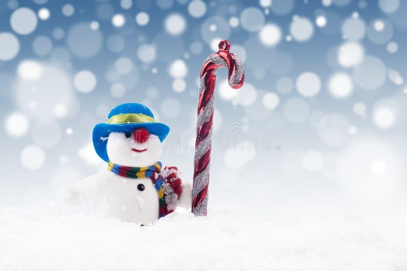 Κούκλα χιονανθρώπων με τον κάλαμο καραμελών στοκ φωτογραφίες με δικαίωμα ελεύθερης χρήσης