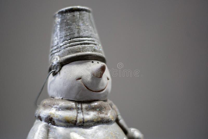 Κούκλα χιονανθρώπων χειροποίητη Καπέλο κάδων ένδυσης χιονανθρώπων με το χριστουγεννιάτικο δέντρο κοκκίνου και λαβής στο χέρι του  στοκ εικόνες