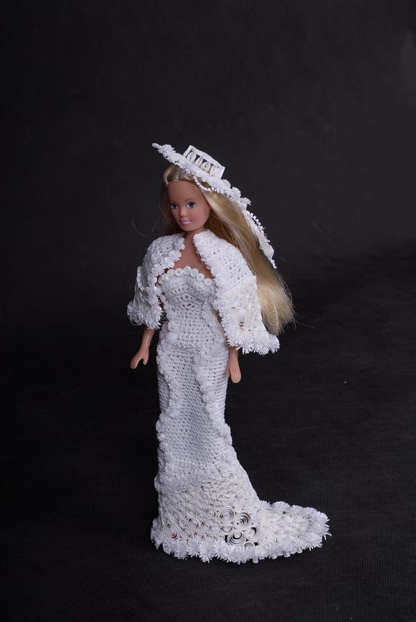 Κούκλα σε ένα φόρεμα εγγράφου στοκ φωτογραφίες με δικαίωμα ελεύθερης χρήσης