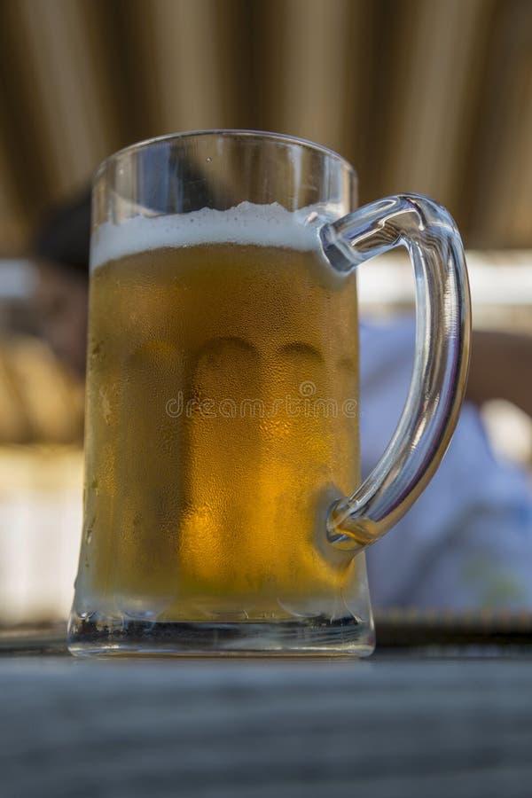 Κούπα γυαλιού με μια κρύα μπύρα στον πίνακα στοκ εικόνες