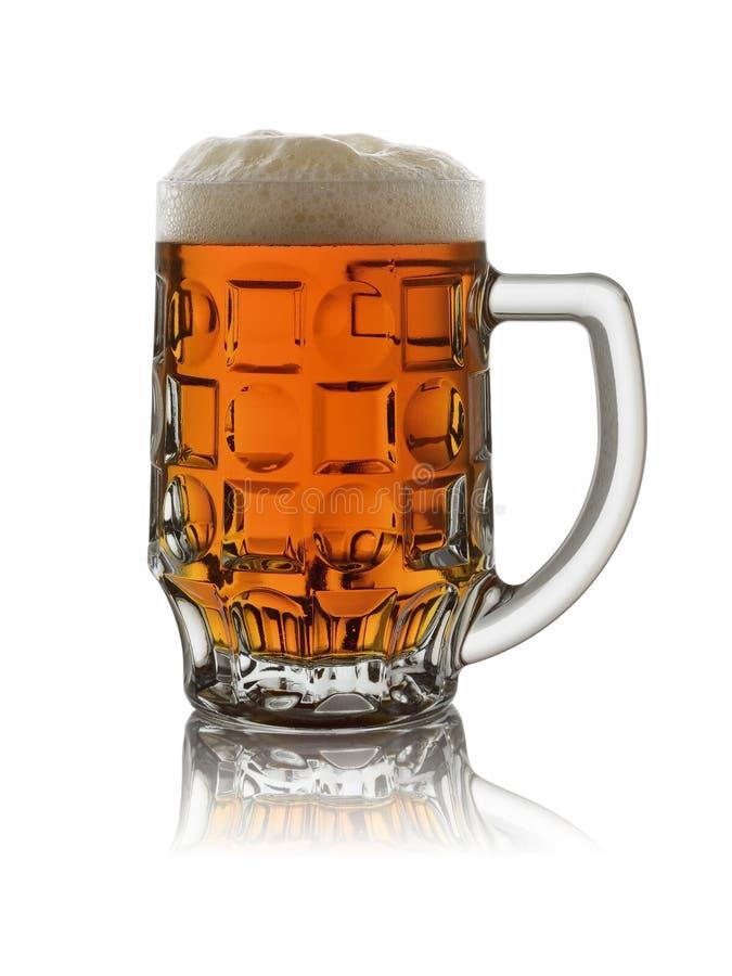 Κούπα γυαλιού με τη σκοτεινή μπύρα και αφρός σε ένα άσπρο υπόβαθρο με την αντανάκλαση στοκ φωτογραφία με δικαίωμα ελεύθερης χρήσης