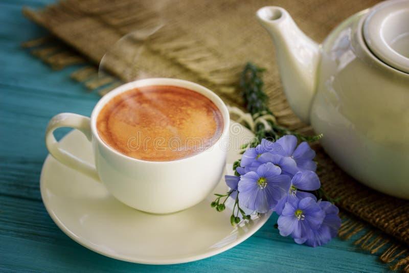 Κούπα καφέ με την μπλε καλημέρα λουλουδιών και σημειώσεων στοκ φωτογραφίες με δικαίωμα ελεύθερης χρήσης