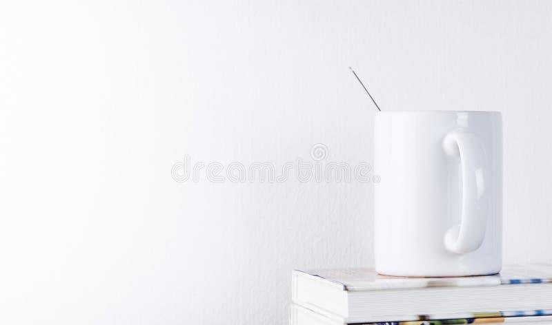 Κούπα καφέ στο βιβλίο με το άσπρο υπόβαθρο στοκ φωτογραφία με δικαίωμα ελεύθερης χρήσης