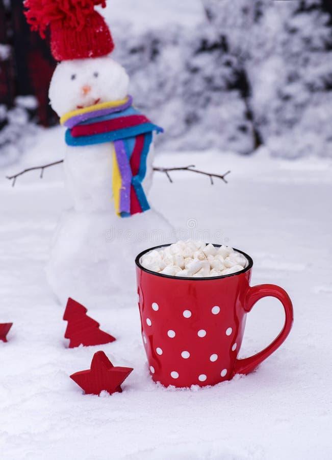 Κούπα με τα άσπρα σημεία Πόλκα με την καυτά σοκολάτα και marshmallows στοκ εικόνες