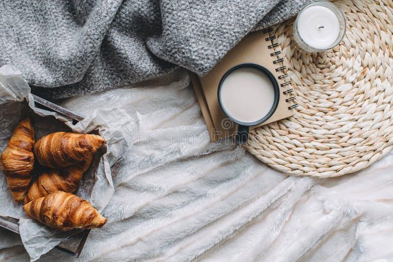 Κούπα με το ντεκόρ καφέ και σπιτιών στο δίσκο στοκ εικόνες