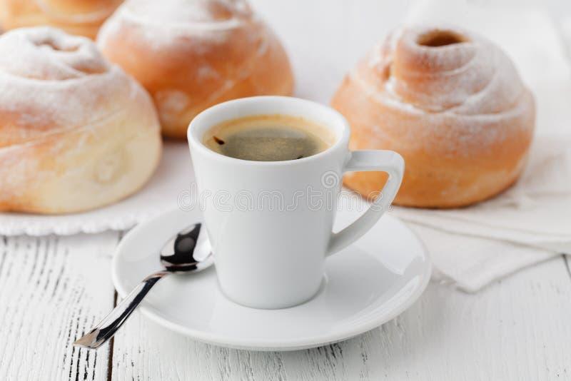 Κούπα της καυτού σοκολάτας ή του κακάου με ψημένο bagel στοκ εικόνες