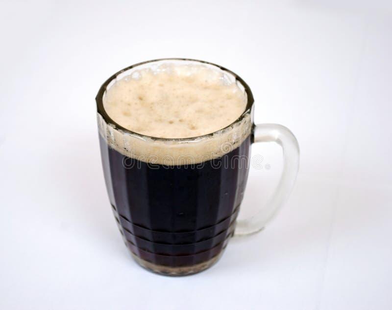 Κούπα της σκοτεινής φιλτραρισμένης μπύρας με τον αφρό στοκ εικόνα
