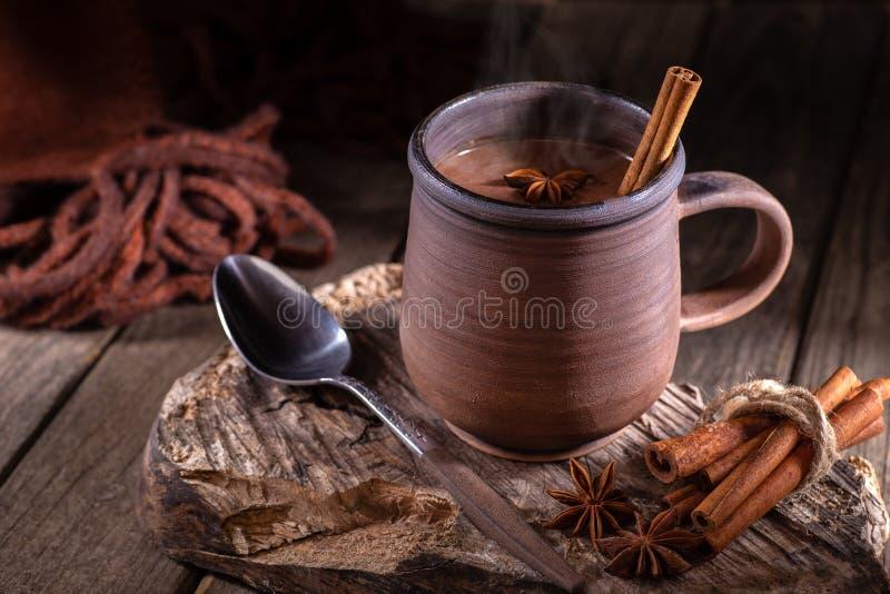 Κούπα του βρασίματος στον ατμό της καυτής σοκολάτας στοκ εικόνες