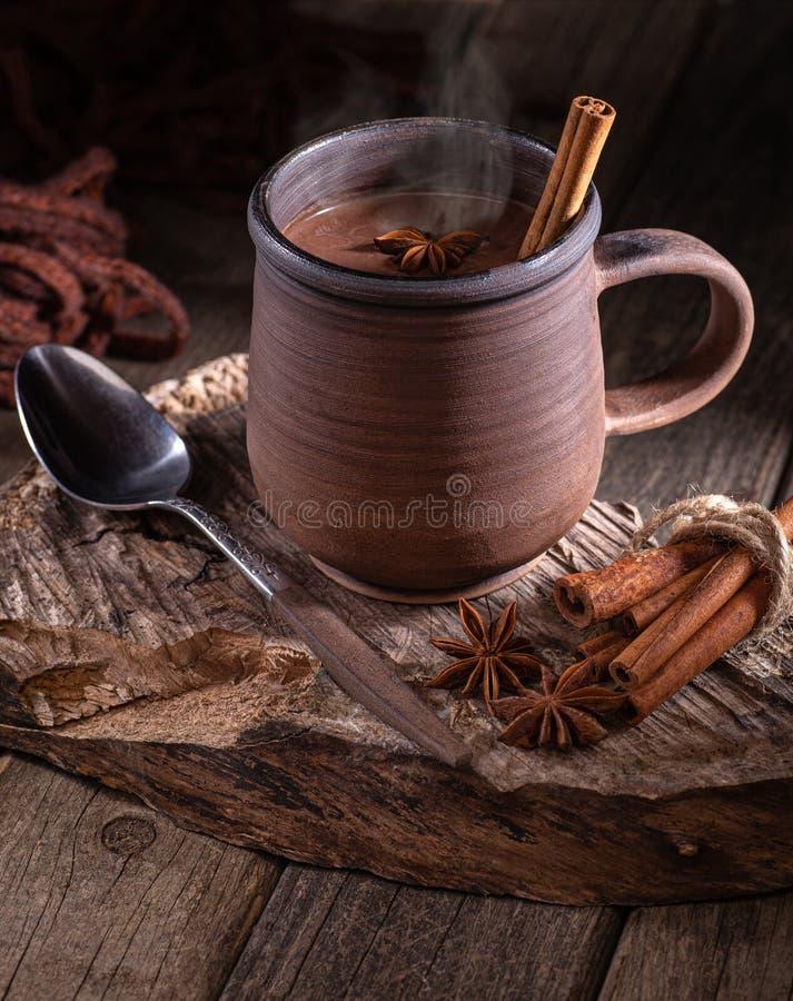 Κούπα του βρασίματος στον ατμό της καυτής σοκολάτας στοκ εικόνα με δικαίωμα ελεύθερης χρήσης
