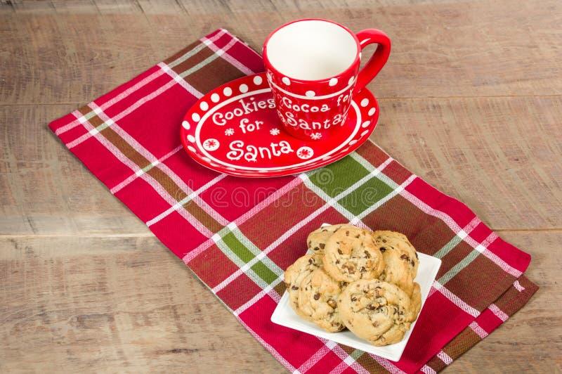 Κούπα Santa με το πιάτο των μπισκότων στοκ φωτογραφία με δικαίωμα ελεύθερης χρήσης