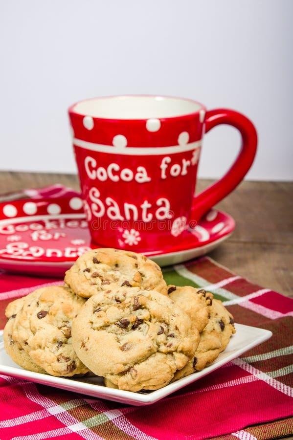 Κούπα Santa με το πιάτο των μπισκότων στοκ εικόνα